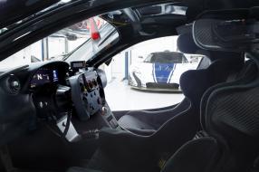 Blick in die Garage voller McLaren P1 GTR