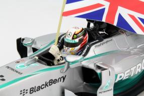 Lewis Hamilton mit Fahne Maßstab 1:18