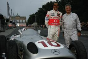 Hans Herrmann neben Lewis Hamilton