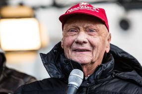 """Niki Lauda 2016, Copyright: MacKrys.  Niki Lauda bei der Publikumsveranstaltung """"ÖAMTC Welt des Motorsports"""" Begleitend zu FIA Gala in der Wiener Hofburg am Freitag, 2. Dezember am Wiener Heldenplatz"""