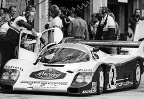 956 Coupé in der Box beim 1000 km-Rennen am Nürburgring 1984, an der Türe: Walter Näher, Fahrer: Derek Bell und Stefan Bellof, Gesamtsieger / Copyright: Porsche AG