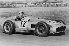 Sir Stirling Moss in der No. 12 / copyright Foto: Daimler AG