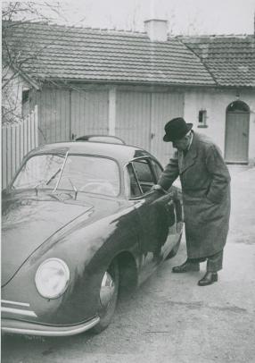 Ferdinand Porsche 1950 neben einem 356 Gmünd, copyright Foto: Porsche AG