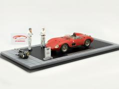 Maserati 300 S Dirty Hero incl. 2 Characters, motor and Showcase red 1:18 CMC