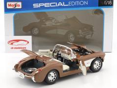 Chevrolet Corvette anno di costruzione 1957 marrone / bianco 1:18 Maisto