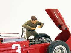 Italian mechanic figure checks the engine 1:18 Figutec Figures