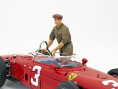 Italien mechanics figure pushes and directs the race car 1:18 Figutec Figures