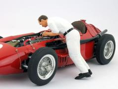 mechanic With white coverall change the spark 1:18 Figutec Figures