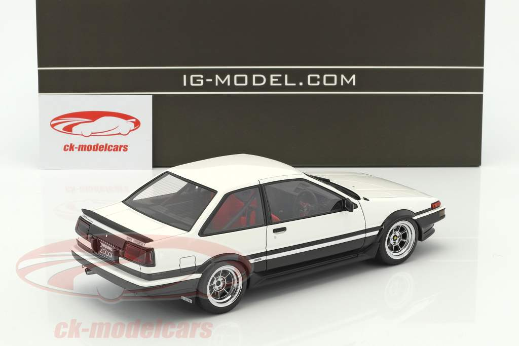 Toyota Sprinter Trueno (AE86) 2-Door GT Apex bianco / nero con rosso posti a sedere 1:18 Ignition Model