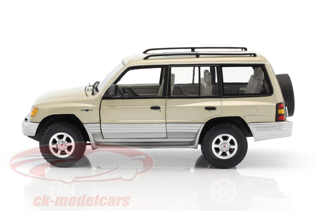 Mitsubishi Montero Long 3.5 V6 year 1998 beige metallic 1:18 SunStar