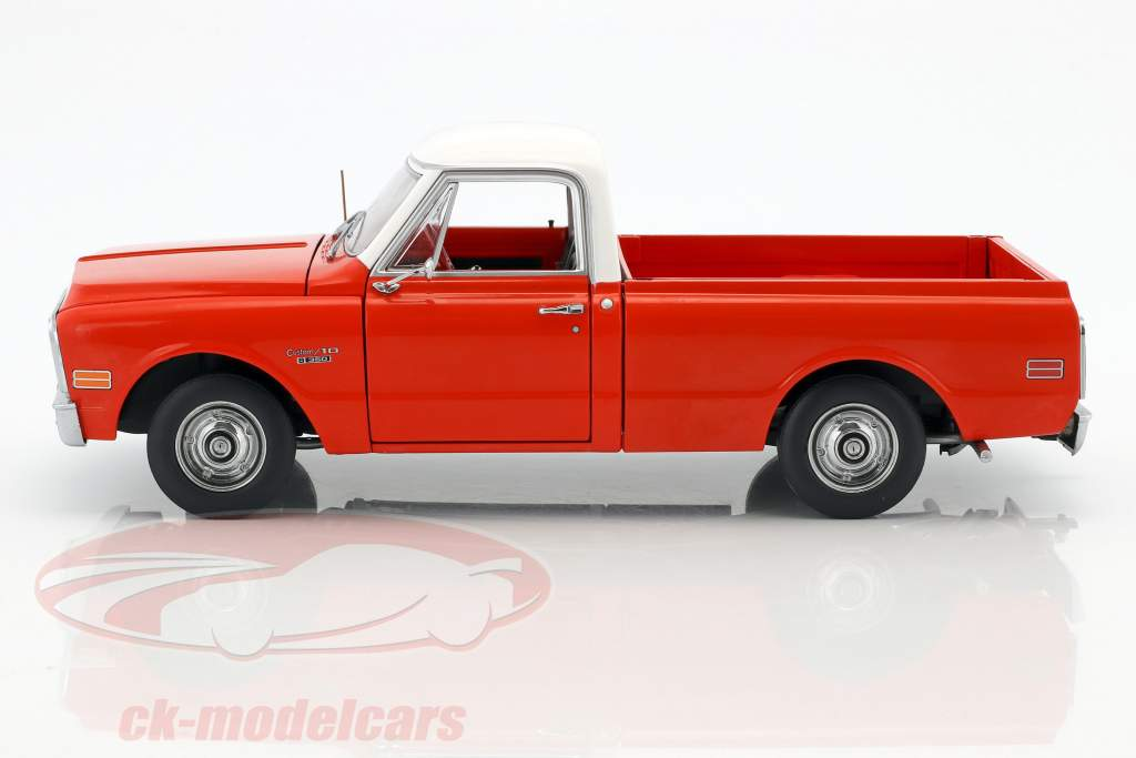 Chevrolet C10 Pick-Up Camper year 1970 red / white 1:18 Greenlight