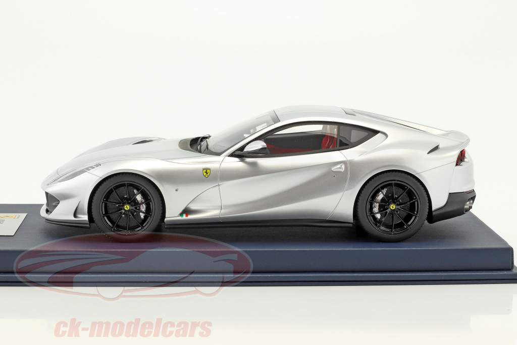 Ferrari 812 Superfast argento metallico con vetrina 1:18 LookSmart