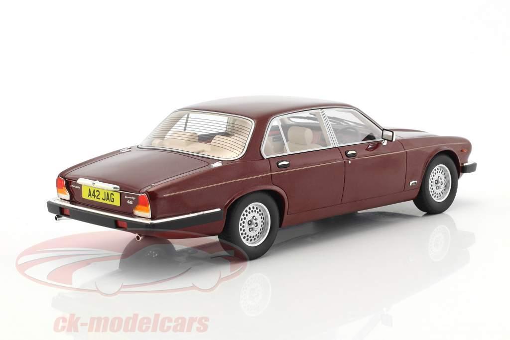 Jaguar XJ Series III anno di costruzione 1983 rosso metallico 1:18 Cult Scale