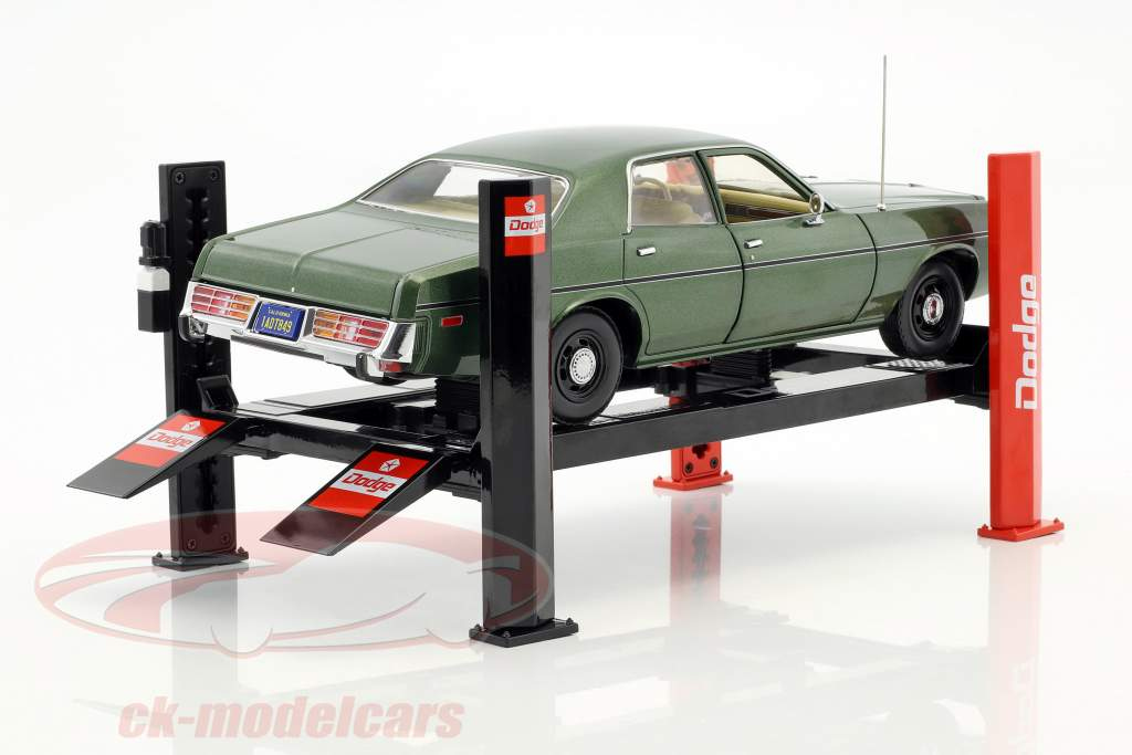 Adjustable Four post hydraulic ramp Dodge red / black for model cars in 1:18 Greenlight